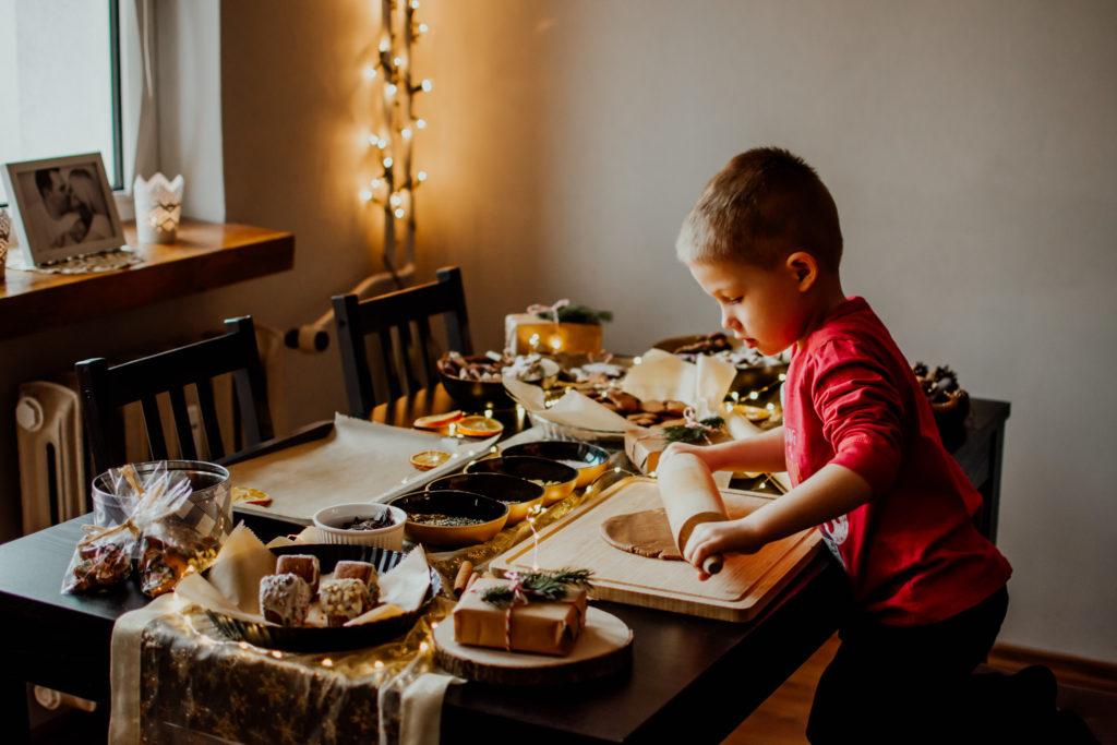 dziecko przygotowuje pierniczki